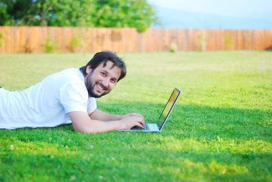hombre feliz notebook escoger un dominio
